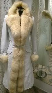 Hófehér bőrkabát prémmel